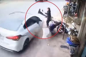 Ôtô phóng nhanh, tông nát xe máy và suýt gây tai nạn cho người đi bộ