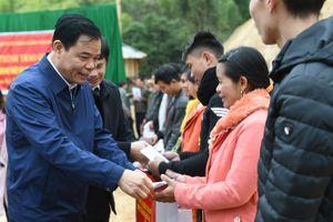 Bộ trưởng Nguyễn Xuân Cường kiểm tra, tặng quà tết các hộ dân vùng khó Mường Lát