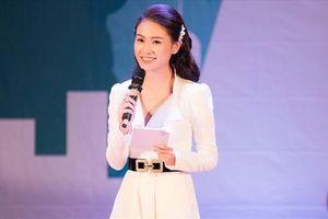 'Cô gái vàng' Phùng Bảo Ngọc Vân tỏa sáng khi thử sức vai trò MC