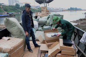Biên phòng tóm gọn đò sắt chở 4 tấn hàng hóa nhập lậu qua biên giới