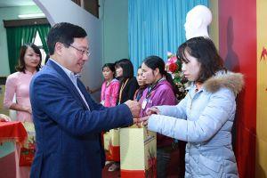 Phó Thủ tướng Phạm Bình Minh trao quà Tết cho công nhân tại Nam Định
