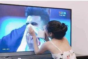 Cô gái quỳ gối lau nước mắt các cầu thủ Jordan chiếm sóng MXH