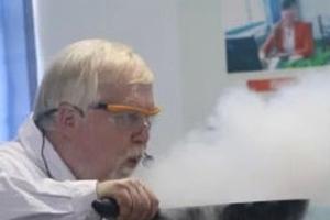 GS hóa học trở thành 'hiện tượng Internet' với những thí nghiệm độc đáo