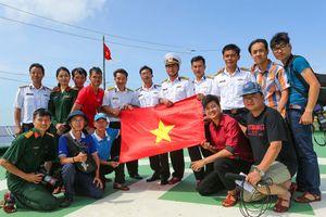 Cờ Tổ quốc với đủ chữ ký đội tuyển Việt Nam tung bay ở nhà giàn DK1