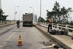 Xe máy va chạm xe tải trên cầu, một người tử vong
