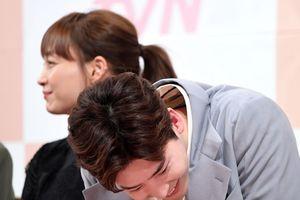 Lee Jong Suk nói sẽ nhập ngũ sớm và tiết lộ: 'Tôi là một fan lớn của chị Lee Na Young'