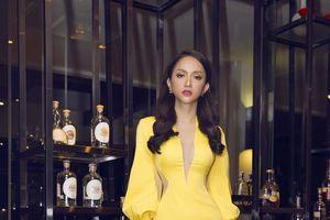 Hoa hậu Hương Giang thắng trên mọi mặt trận với gam màu hot nhất năm