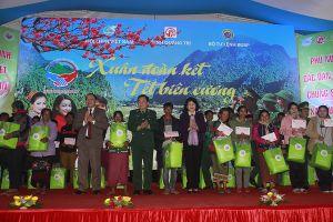 Phó Chủ tịch nước thăm, tặng quà đồng bào biên giới Quảng Trị