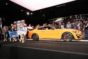 Ford Mustang Shelby GT500 2020 đầu tiên có giá đắt ngang 3 chiếc Lamborghini Aventador