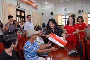 Phó Chủ tịch nước tặng quà hộ nghèo tại Tiền Giang và Bến Tre