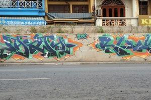Đường đê Nghi Tàm sau nâng cấp bị Graffiti bôi bẩn