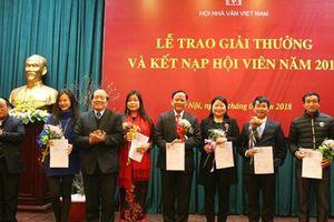 Hai năm liên tiếp, vì đâu các nhà văn trong nước 'thừa lời khen' nhưng 'thiếu giải thưởng'?
