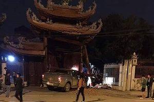 Đi uống rượu về, thanh niên lái xe chở bạn húc đổ cổng chùa Phúc Khê