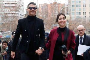 Ronaldo cùng bạn gái tay trong tay đi hầu tòa tại Madrid
