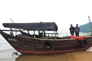Tàu gỗ mang số hiệu nước ngoài trôi vào vùng biển Hà Tĩnh