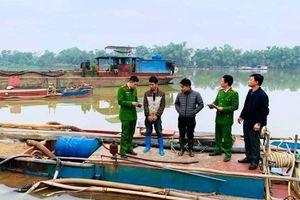 Nổ súng bắt giữ 2 tàu khai thác cát trái phép trên sông