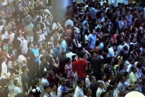 Một Việt kiều về nước cả chục người đến đón, sân bay đông nghẹt lúc nửa đêm