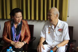 Chủ tịch Quốc hội trao quà Tết cho hộ nghèo, gia đình chính sách tại Cần Thơ