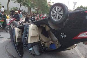 Hải Phòng: Taxi lật ngửa giữa đường, người dân cứu nữ nhà thơ