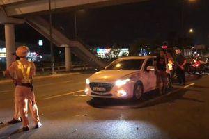 TP.HCM: Nữ tài xế người đầy mùi rượu cố thủ trong xe ô tô sau khi gây tai nạn
