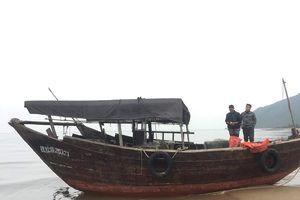 Hà Tĩnh: Phát hiện tàu nước ngoài không người lái trôi dạt vào bờ biển