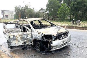 Ôtô cháy ngùn ngụt khi đang lưu thông trên quốc lộ