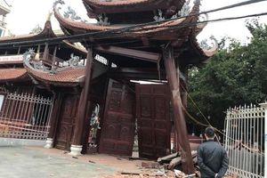 Hà Nội: Xe bán tải đâm sập cổng chùa