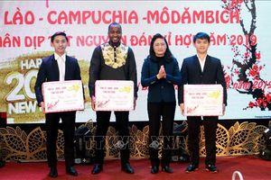 Tặng gần 450 suất quà Tết cho các lưu học sinh Lào, Campuchia, Mozambique