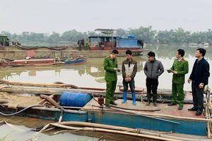 Cảnh sát nổ súng bắt giữ 2 tàu hút cát trên sông Mã