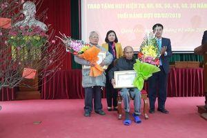 Trao tặng huy hiệu 70 năm tuổi Đảng cho đảng viên lão thành huyện Quốc Oai
