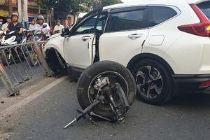 Honda CRV mất lái đâm vào dải phân cách vào giờ tan tầm
