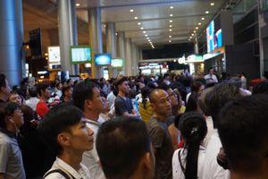 Hàng trăm người mang cơm nước bày giữa nhà ga Tân Sơn Nhất chờ đón Việt kiều về quê ăn Tết