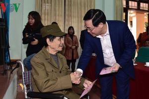 Phó Thủ tướng Vương Đình Huệ tặng quà Tết tại Bắc Giang