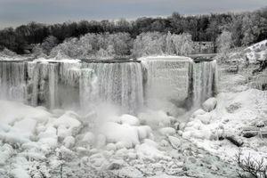 Hình ảnh ấn tượng về các dòng thác đóng băng ở Mỹ và Canada