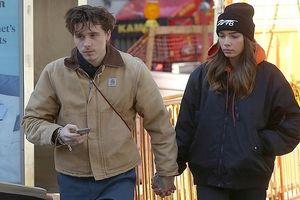 Con trai David Beckham nắm tay bạn gái hơn tuổi đi dạo giữa phố đông