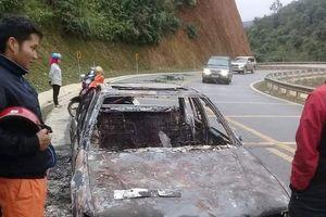 Xe ô tô cháy rụi trên quốc lộ do lỗi kỹ thuật