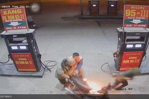 Bật lửa soi bình xăng, nam thanh niên suýt thiêu rụi cả cây xăng ở Hà Nội