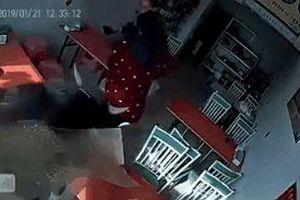 CLIP: Bị trâu truy đuổi, người phụ nữ chạy thục mạng vào quán ăn và diễn biến bất ngờ sau đó