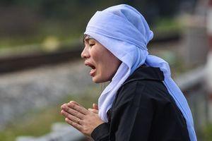 Người thân khóc ngất tại hiện trường tai nạn 8 người chết ở Hải Dương