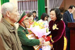 Phó Bí thư Thường trực Thành ủy Ngô Thị Thanh Hằng trao Huy hiệu Đảng cho đảng viên lão thành