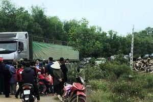 Dân vây xe tải nghi chở hóa chất độc hại vào nhà máy ngày cận Tết