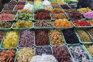 Thị trường Tết: 'Ma trận' bánh mứt kẹo, hoa quả sấy khô