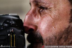 Xúc động hình ảnh phóng viên Iraq bật khóc nức nở khi chứng kiến đội nhà thua trận