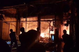 Hà Tĩnh: Cháy lớn thiêu rụi 3 căn nhà, người dân hoảng sợ sơ tán trong đêm
