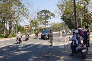 Xe biển xanh va chạm với xe máy