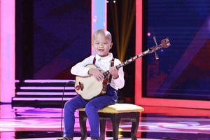 Cậu bé 7 tuổi 'gây mê' khán giả bằng biệt tài độc tấu đàn sến ở Biệt Tài Tí Hon