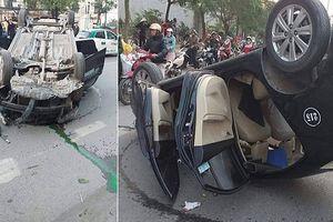 Taxi lật ngửa giữa đường, người phụ nữ và tài xế thoát chết