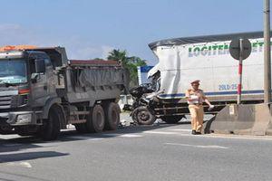 Tông vào đuôi xe tải đang qua đường, tài xế xe chở hàng nguy kịch