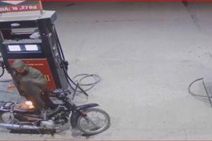 CLIP: 'Cái kết đắng' cho tài xế xe máy lấy bật lửa soi bình xăng