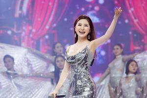 Hương Tràm miệt mài đi diễn không ngày nghỉ sau thành công live show